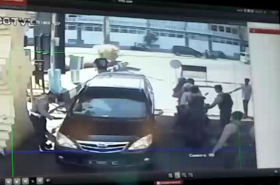 Tri Murtiono dan keluarganya (memakai sepeda motor) datang ke Mapolrestabes Surabaya sebelum bom meledak.